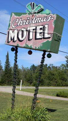 Christmas Motel--still in business--wish we could have stayed there, it looked really lovely. Old Neon Signs, Vintage Neon Signs, Old Signs, Retro Vintage, Vintage Travel, Vintage Party, Vintage Kitchen, Roadside Signs, Roadside Attractions