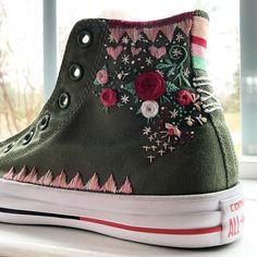 Embroidered converse shoes hand embroidered by me! Embroidered converse shoes hand embroidered by me! Cute Shoes, Me Too Shoes, Diy Fashion, Ideias Fashion, Fashion Shoes, Diy Kleidung, Embroidered Clothes, Diy Embroidery, Painted Shoes