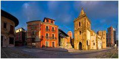 Colegiata de San Juan Bautista en la subida a Cimadevilla by David Busto Méndez, via Flickr