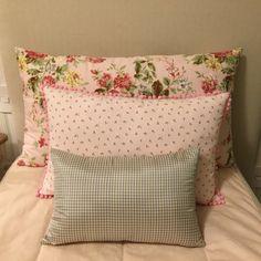 Floral maxi e miúdo compondo com seda xadrez, ideal para um quarto de menina