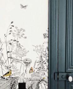 La couleur INCHYRA BLUE de Farrow & Ball en parfait harmonie avec un papier peint paysage. Réalisation par l'agence CAROLINE ANDRÉONI
