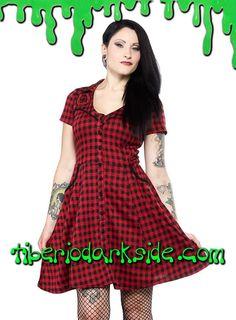 Vestido con corte de camisa vaquera a cuadros negro y rojo, con ribete negro, botones y bolsillos. Bordado de herraduras de la suerte en el pecho. Materiales: 95% polyester 5% spandex (franela). Marca: Sourpuss.  COLOR: NEGRO/ROJO TALLAS: S, M, L, XL, XXL  S - 82 cm pecho (EU talla 36, MEX talla 26, UK talla 8) M - 88 cm pecho (EU talla 38, MEX talla 28, UK talla 10) L - 94 cm pecho (EU talla 40, MEX talla 30, UK talla 12) XL - 100 cm pecho (EU talla 42, MEX talla 32, UK talla 14) XXL - 106…