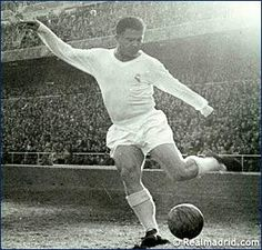 RM Legend - Puskas shots on goal Football Icon, World Football, School Football, Real Madrid, Good Soccer Players, Football Players, Fifa, Australian Football, Football Memorabilia