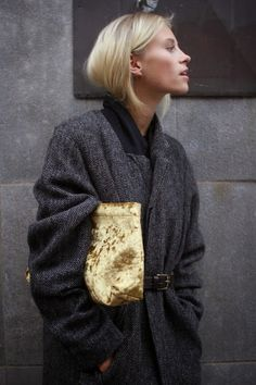 belted coat and gold velvet clutch bag Style Work, Mode Style, Style Me, Style Blog, Looks Chic, Looks Style, Fashion Mode, Look Fashion, Fashion Outfits