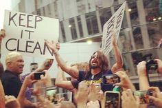 """Na última sexta-feira, 21 de agosto, foi a vez da banda de Dave Grohl, o Foo Fighters, usar seu prestígio de forma positivo: tudo porque  os integrantes da banda interromperam uma manifestação homofóbica, realizada pela Igreja Batista de Westboro, que protestavam contra apresentação do grupo em Kansas City em meio a palavras de ordem como """"Deus odeia quem apoia os homossexuais""""."""