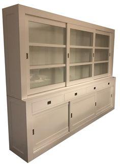 Design buffetkast wit Brielle 300cm grote brede strakke design kast in het wit. De roedes in de ramen en het RVS beslag geven deze mooie moderne buffetkast een landelijk tintje