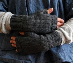 **free pattern** peekaboo mitts by SpiderWomanKnits, via Flickr...Something for the kids (and me!)