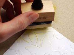Papier prägen ist ja schnell, einfach und sehr effektvoll – aber manchmal fehlt irgendwie der letzte Pfiff. Wie wäre es mit etwas Farbe? Ihr braucht: eine Stanzmaschine nach Wahl, z.B. dieBig Shot eine Prägeschablone, z.B. Butterflies von Crafts Too einfaches weißes Papier Distress InkStempelkissen in zwei oder drei verschiedenen Farben und den tollen Ink Blender [...]
