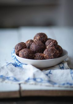 No bake Chocolate balls. healthy, gluten free made with simple ingredients. Boite A Lunch, Vegetarian Paleo, Vegan, Salty Snacks, Dried Apricots, Energy Bites, Nut Free, Granola, A Food