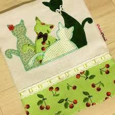 Resultado de imagem para como fazer passo a passo uma colcha de patchwork Patch Quilt, Hand Embroidery, Machine Embroidery, Sewing Crafts, Sewing Projects, Charm Square Quilt, Baby Patchwork Quilt, Applique Tutorial, Fabric Cards