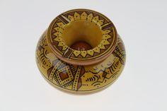 Ce magnifique Cendrier marocain jaune de Safi trouvera sa place à l'intérieur ou à l'extérieur comme objet de décoration grâce à sa forme et à ses couleurs