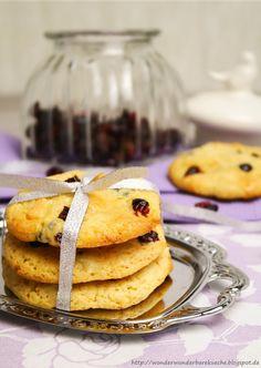 Selbstgemachte und super saftige Cookies in XXL mit weißer Schokolade und Cranberries;  White Chocolate Chunks and Cranberrie Cookie.