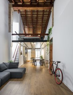 Old and new along with natural and sleek combine in this compact yet airy loft in Valencia, Spain. Located in the charming 'El Cabañal' neighborhood, the apartment features plenty of old elements that give it a special charisma and numerous modern additions that transform it into a comfortable and welcoming home. Renovated and designed by …