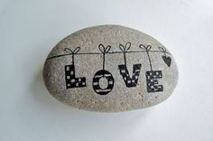 Roca pintada con letras colgando