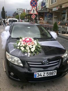 Wedding Car Decoration Ideas With White Ribbon And Flowers Source by Hochzeitsauto-Dekorations-Ideen mit weißem Band und Blumen Quelle durch Wedding Night, Diy Wedding, Ribbon Wedding, Wedding White, Wedding Getaway Car, Bridal Car, Wedding Car Decorations, Wedding Goals, Wedding Bouquets
