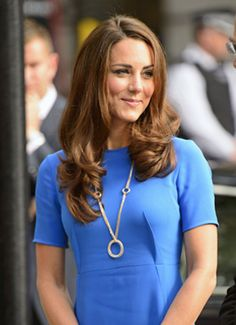 Arriving at the National Portrait Gallery, Kate wore a blue Stella McCartney dress blinged up by the statement Cartier necklace of three intertwined circles of pink, yellow and white gold Prince William And Catherine, William Kate, Stella Mccartney Dresses, Queen Kate, Kate And Meghan, Lady Diana, Duke And Duchess, Somerset, Windsor