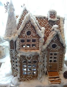 Thinking about Gingerbread house decorating party? Then you have to have a look at these delicious and cute Gingerbread house ideas right here. White Gingerbread House, Graham Cracker Gingerbread House, Cardboard Gingerbread House, Gingerbread Castle, Cool Gingerbread Houses, Gingerbread House Parties, Gingerbread Cookies, Christmas Cookies, All Things Christmas