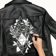 2019 The post 2019 appeared first on Denim Diy. Painted Jeans, Painted Clothes, Diy Clothing, Custom Clothes, Denim Kunst, Vetements Shoes, Painted Leather Jacket, Diy Fashion, Fashion Outfits