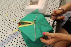 nd pin all layers together at bottom. Then stitch pinned seam Cosmetic Bag Tutorial, Zipper Pouch Tutorial, Sewing Projects For Beginners, Sewing Tutorials, Diy Makeup Bag, Pouch Pattern, Bag Patterns To Sew, Leather Bags Handmade, Zipper Bags