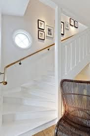 Fint - sätta in ett extra litet fönster? White Hallway, White Staircase, Staircase Design, Stair Makeover, Beautiful Stairs, Glam Living Room, New England Style, Stairway, Cozy House