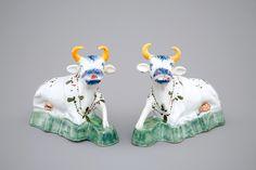 Een paar polychrome Delfts aardewerken koeien, 18e eeuw