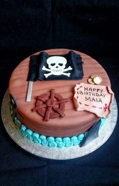 Tarta con bandera pirata y mapa del tesoro