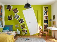 Une chambre d'ado avec la porte peinte en trompe l'oeil