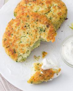 Cotolette di pesce: dorate e fragranti. Provale accompagnate da un'aromatica salsa allo yogurt! [Fish cotoletta with yogurt sauce]