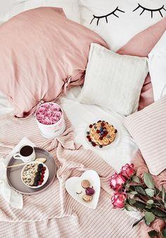 Breakfast in Bed! Leckere Waffeln, frische Beeren und eine heiße Tasse Tee. So starten wir am liebsten in den Tag. Die Bettwäsche mit trendigem Cute Eyes Motiv und frische Blumen sorgen für ein Instagram Setting deluxe! // Schlafzimmer Bettwäsche Frühstück Blumen Ideen Rosa Weiss #SchlafzimmerIdeen