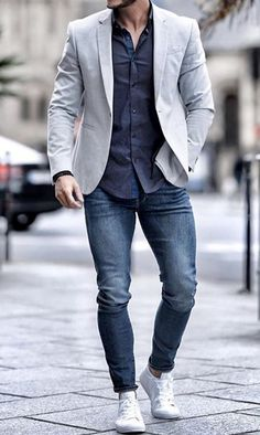 What do you guys think of this casual men's outfit? Blue denim jeans with a blue dress shirt, grey sport coat and white sneakers! Blazer Outfits Men, Mens Fashion Blazer, Outfits Casual, Stylish Mens Outfits, Mode Outfits, Men Casual, Moda Formal, Look Man, Men With Street Style