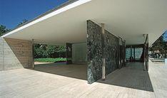 Ludwig Mies van der Rohe - Pavillon Allemand, Exposition Universelle, Barcelone This is architecture! Ludwig Mies Van Der Rohe, Detail Architecture, Amazing Architecture, White Exterior Houses, Pavillion, Farnsworth House, Design Exterior, Bauhaus Design, Walter Gropius