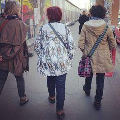 El que tiene estilo, tiene estilo! Piñas de Please Rain en las europas  #pleaserain #raincoat #printedraincoats #design #fashion