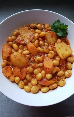 Here is a Moroccan recipe that will warm you up for this winter: la loubia, a dish of white beans in Easy Healthy Recipes, Veggie Recipes, Vegetarian Recipes, Cooking Recipes, Morrocan Food, Plat Vegan, Easy Casserole Recipes, Vegan Dinners, International Recipes