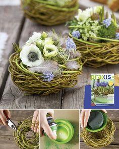 Diese Nestgestecke für den Ostertisch finden wir richtig niedlich. :-) Nest aus Trauerweidenzweigen winden und mit Rebenbindedraht fixieren. Steckschaumgefäß mit grüner Farbe besprühen. Gewässerten Steckschaum einfügen und das Gefäß in das Nest stellen, dann mit Blüten bestecken, Eier und Federn hinzufügen.