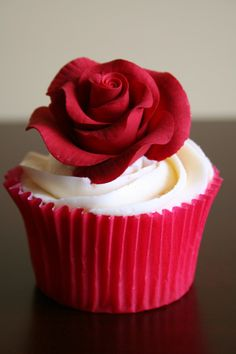 Video How to frost a rose on a cupcake-I love rose cupcakes and these are by far my favorite! I love the pretty pink color and the smooth texture of the frosting, take a look at the how to video. It will help you master these beauties Pretty Cupcakes, Beautiful Cupcakes, Yummy Cupcakes, Red Cupcakes, Cupcakes Design, Cake Designs, Cupcake Rose, Rose Cake, Cupcakes Bonitos