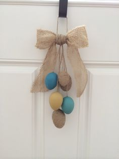26 Creative and Easy Handmade Easter Wreath Designs . Summer Door Wreaths, Easter Wreaths, Diy Projects Laundry Room, Burlap Bows, Burlap Wreaths, Unique Doors, Diy Door, Handmade, Design
