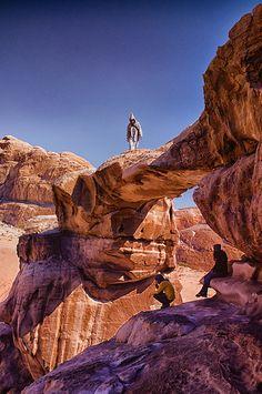 Roca del arco en Wadi Rum, Aqaba , Jordania. Los colores rojos y  matices de luz son impresionantes.