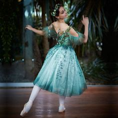 A fairy flits into the sylvan setting of Jardin Tan . The latest in the marriages of our Year of Beauty ballets with dishes created by the Vue de monde Tutu Costumes, Ballet Costumes, Carnival Costumes, Ballet Tutu, Ballet Dancers, Bolshoi Ballet, Ballet Photography, Dream Photography, Ballet Russe