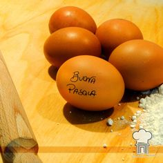 La tradizione del dono di uova è documentata già fra gli antichi Persiani, dove era diffusa la tradizione dello scambio di semplici uova di gallina … Con un semplice uovo quindi Vi auguro Buona Pasqua !