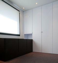 Agencement bureau contemporain / Tertiaire / Cloison vitrée / Parquet / Agence MAYELLE / Photo : ©Pierre Rogeaux
