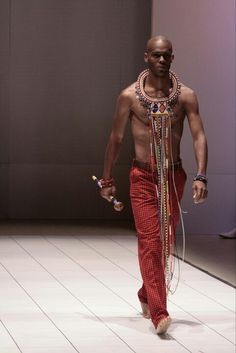 www.cewax.fr aime ce look homme en pagne wax africain, afro tendance, style ethnique. Trouvez des Teeshirt en pagne dans la boutique de CéWax : http://cewax.alittlemarket.com #wax, #ankara, #kente, #kitenge, #bogolan, #Africanfashion, #ethnotendance, #AfricanPrints - #Men's wear  Kiko Romeo  #Moda Hombre