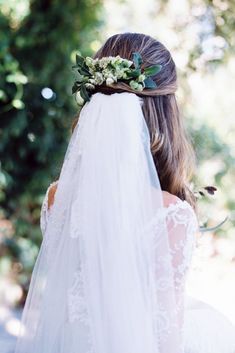 wedding hairstyles with veil half up decorated with greenery kellylenard via instagram