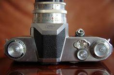1949. Le Contax S, avec son capot prismatique, diffuse un modèle esthétique qui sera repris par la plupart des fabricants de reflex 35mm. www.pentax-slr.com