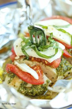 Pesto Caprese Chicken in Foil - Dinner has never been easier with these foil packets - simple wrap and bake. SO EASY! And the leftovers taste even better!(Baking Chicken In Foil) Pollo Caprese, Caprese Chicken, Mozzarella Chicken, Pesto Chicken, Fresh Mozzarella, Chicken In Foil, Chicken Foil Packets, Grilling Chicken, Foil Pack Meals