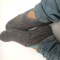 English Version at bottom of Pattern Diy Crochet And Knitting, Crochet Woman, Crochet Slippers, Love Crochet, Knitting Socks, Crochet Crafts, Crochet Clothes, Hand Knitting, Knitting Patterns
