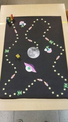 Bordspel thema ruimte Space Classroom, Classroom Themes, Classroom Activities, Preschool Activities, Space Theme Preschool, Outer Space Theme, Holiday Club, Space Projects, Space Aliens