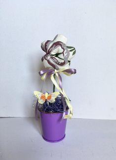 Vaso di fiori di stoffa, fiori profumati alla lavanda, vasetto di latta con Margherita , by L' Atelier di Trame Preziose, 5,60 € su misshobby.com Planter Pots, Lavender, Atelier, Fabrics