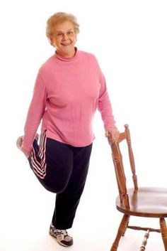 7 esercizi per tonificare la pancia che puoi fare con una semplice sedia