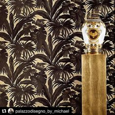 The Versace Giungla Palm Leaves Wallpaper features an exquisite black Versace palm leaf design on a soft gold backdrop. Free UK delivery available Versace Wallpaper, Luxury Wallpaper, Retro Wallpaper, Vinyl Wallpaper, Black Wallpaper, Fabric Wallpaper, Designer Wallpaper, Palm Leaf Wallpaper, Tree Wallpaper