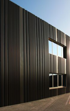 Fantastic metal facades you have to see Larch Cladding, Aluminium Cladding, House Cladding, Architecture Extension, Factory Architecture, Facade Architecture, Parque Industrial, Modern Small House Design, Wood Facade